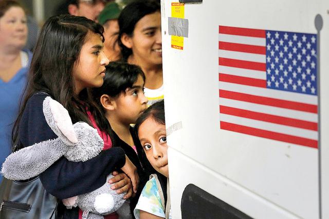 Inmigrantes de El Salvador y Guatemala que ingresaron al país ilegalmente abordo de un autobús después de que fueron liberados de un centro de detención en San Antonio, Texas. (Foto AP / Eric  ...