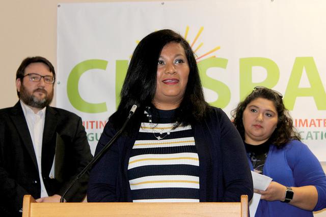 Ángeles Carillo es voluntaria en CHISPA y madre de cuatro niños, uno de ellos sufre de asma; y está preocupada por la salud de su hijo y del futuro del medio ambiente. Foto El Tiempo