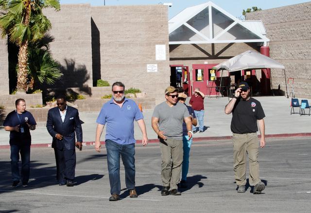 Funcionarios de gobierno atendieron una conferencia de prensa en las afueras de la Johnson Junior High School, al noroeste de Las Vegas, el domingo 11. Anunciaron que se cancelaban las actividades ...
