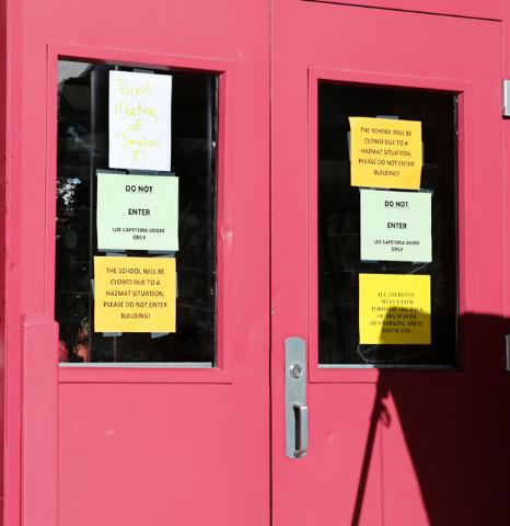 La entrada de la Johnson Junior High School tenía estos avisos de la cancelacion de clases el lunes 12, debido a la limpieza por contaminación por mercurio. (Foto Chitose Suzuki/Las Vegas Review ...