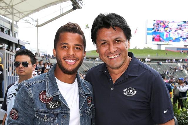 Claudio Suárez, exjugador estrella del fútbol mexicano, derecha, y Giovani Dos Santos, jugador de LA Galaxy. (Foto Fox Deportes/Movi Inc.).