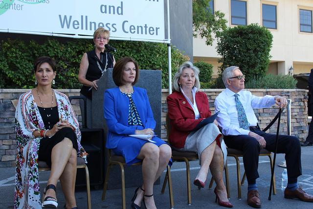 Desde la izquierda, Esther Rodríguez, miembro de la mesa directiva, Catherine Cortez Masto, candidata al Senado, Dina Titus, representante del Distrito 1 y Harry Reid, Senador por Nevada, durante ...