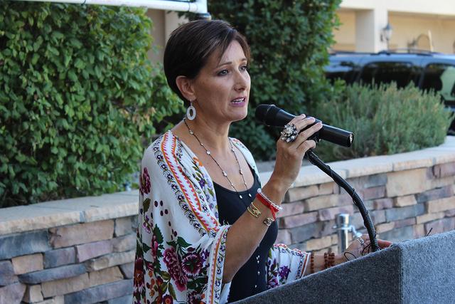 La miembro de la mesa directiva y psicóloga de FirstMed, Esther Rodríguez atiende a niños víctimas de abuso. Foto El Tiempo