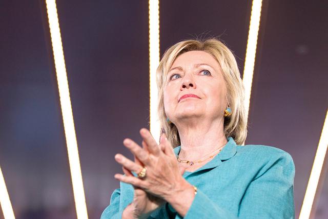 Candidata presidencial demócrata Hillary Clinton espera antes de ser introducida durante un metía de campaña en la sede de International Brotherhood of Electrical Workers, el jueves 4 de agosto ...