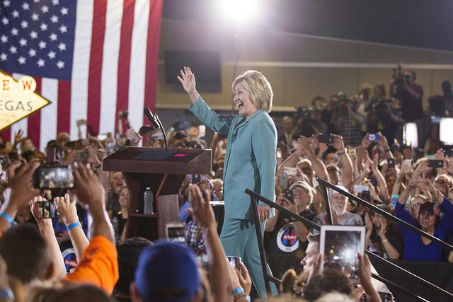 La candidata presidencial demócrata Hillary Clinton toma el escenario en un acto de campaña en la sede de International Brotherhood of Electrical Workers, el jueves 4 de agost de 2016 en Las Veg ...