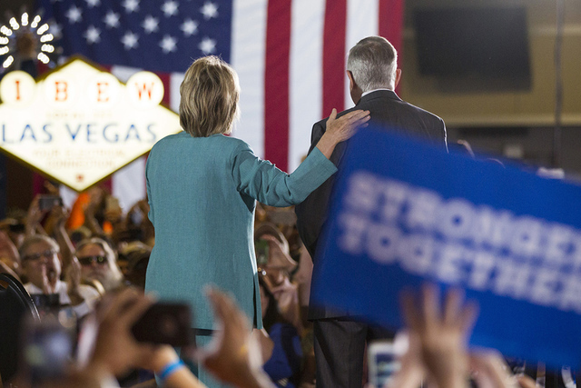 La candidata presidencial demócrata Hillary Clinton, izquierda y el senador Harry Reid toman el escenario para un acto de campaña en la sede de International Brotherhood of Electrical Workers, e ...