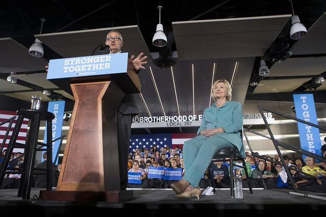 El senador Harry Reid presenta a la candidata presidencial demócrata Hillary Clinton, durante un acto de campaña en la sede de International Brotherhood of Electrical Workers, el jueves 4 de ago ...