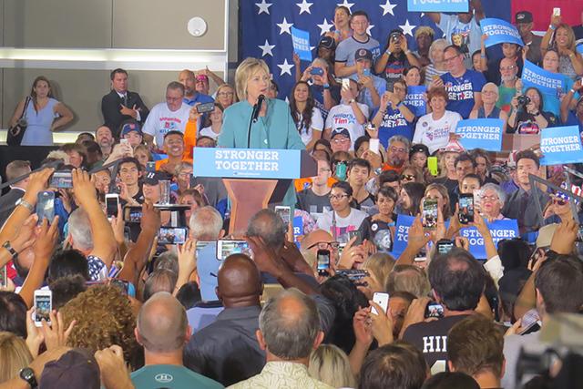 """Vamos a tener la mayor inversión en nuevos puestos de trabajo que hayamos tenido desde la Segunda Guerra Mundial"""": Hillary Clinton. Jueves 4 de agosto en IBEW Local 357. Foto El Tiempo ..."""
