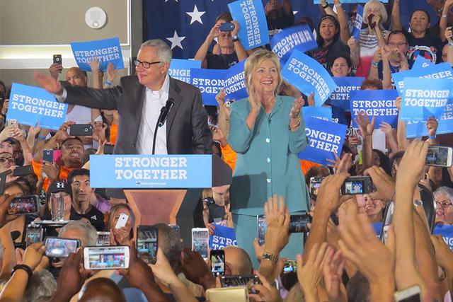 El senador Harry Reid fue el encargado de presentar a la candidata Hillary Clinton, en un nuevo evento de campaña de la ex primera dama en Las Vegas. Jueves 4 de agosto en IBEW Local 357. Foto El ...