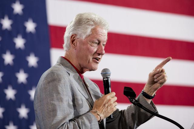 El expresidente Bill Clinton habló por su esposa Hillary Clinton en un acto de la campaña demócrata, en el College of Southern Nevada en North Las Vegas, el miércoles 14. (Foto Elizabeth Page  ...