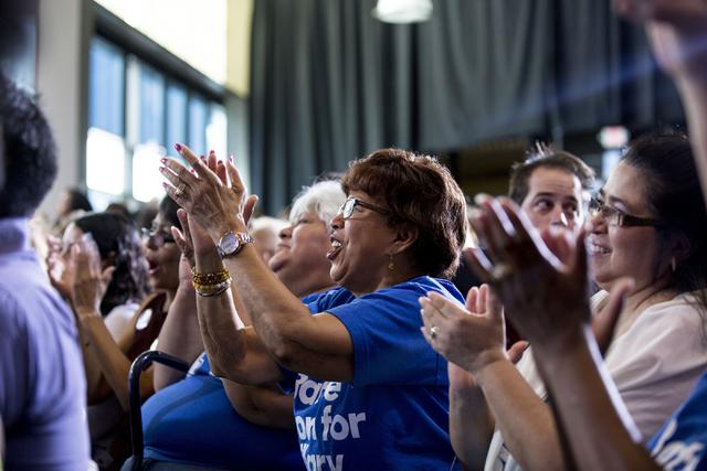 Gente del sur de Nevada que apoya a Hillary Clinton aplaude al ex Presidente Bill Clinton mientras habla en un acto de la campaña democrata en North Las Vegas, el miércoles 14 de septiembre. (Fo ...