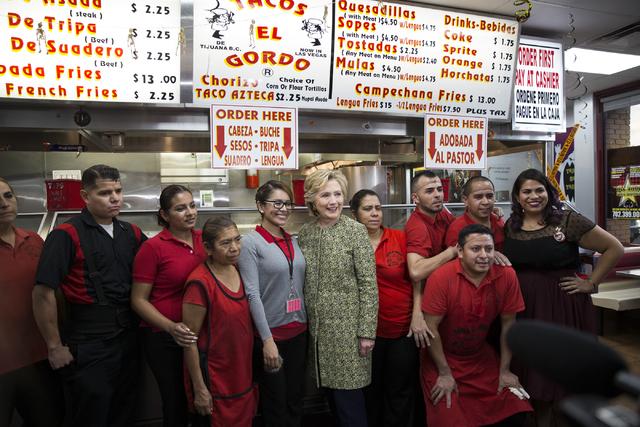 Hillary Clinton posa con empleados de Tacos El Gordo, en el 1724 E. Charleston Blvd., el miércoles 12 de octubre del 2016, en Las Vegas. (Foto Erik Verduzco/Las Vegas Review-Journal).