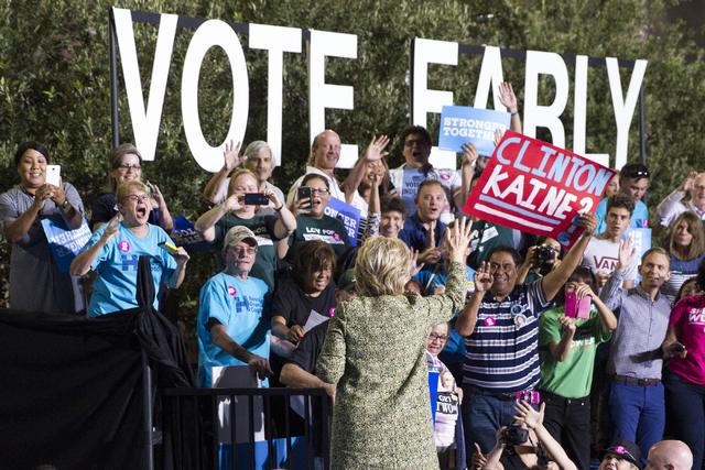 La nominada demócrata a la presidencia, Hillary Clinton, saluda a seguidores después de hablar en un acto de su campaña en las afueras del Smith Center for the Performing Arts, el miércoles 12 ...