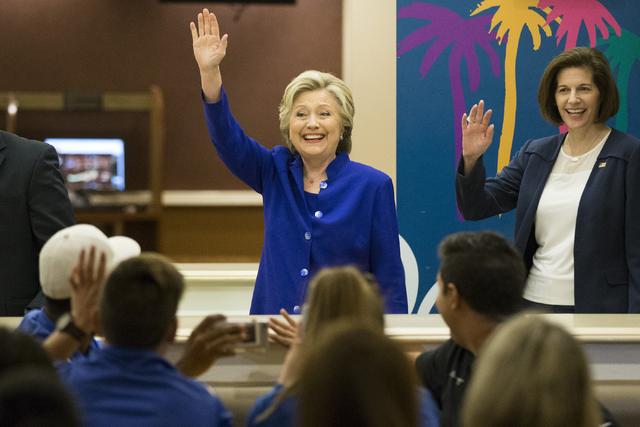 Hillary Clinton, candidata demócrata a la Casa Blanca, y la exprocuradora de Justicia de Nevada y candidata a senadora, Catherine Cortez Masto, se reunieron con empleados del hotel Mirage en una  ...