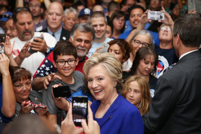 La aspirante presidencial demócrata Hillary Clinton posa con seguidores después de hablar en un acto de campaña en el sindicato de Plomeros, el 2 de noviembre del 2016, en Las Vegas. (Foto Erik ...
