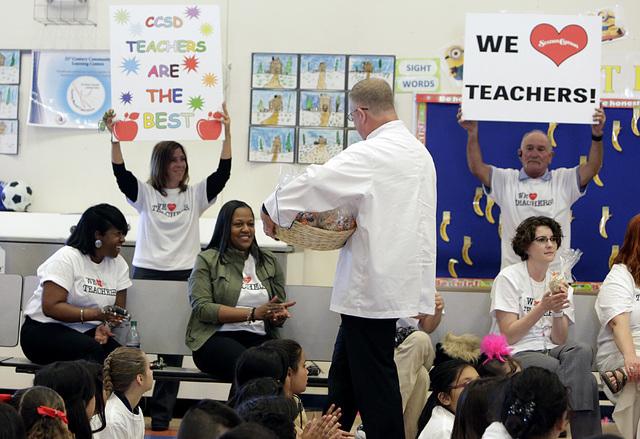 Maestros y alumnos de la escuela Squires Elementary School in North Las Vegas, aplauden mientras miembros de Station Casinos les hacen una visita, en mayo del 2016, para anunciar buffets gratis a  ...