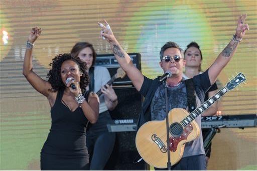 Sara Devine, izquierda, y Alejandro Sanz en el concierto RiseUp As One en el Cross Border Xpress el sábado 15 de Octubre del 2016, en San Diego, California. (Photo Alan Hess/Invision/AP).