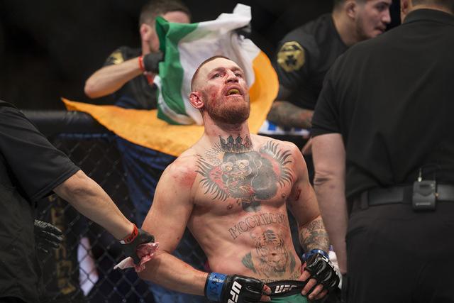 Conor McGregor en la final de su lucha contra Nate Díaz en el combate de peso welter de UFC 202 en T-Mobile Arena, el sábado 20 de agosto de 2016 en Las Vegas. McGregor ganó por decisión unán ...