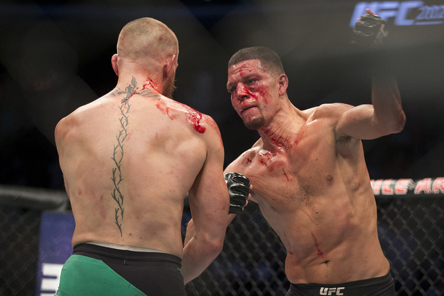 Nate Díaz, izq., lanza un puñetazo contra Conor McGregor en el combate de peso welter de UFC  202 en el T-Mobile Arena, el sábado 20 de agosto de 2016 en Las Vegas. McGregor ganó por decisión ...