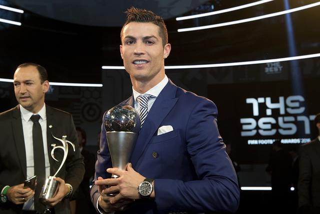 Cristiano Ronaldo, de Portugal, se propone con el trofeo tras ganar el premio al Mejor Jugador Masculino de la FIFA durante la ceremonia de la Mejor Ceremonia de Fútbol FIFA 2016 celebrada en el  ...