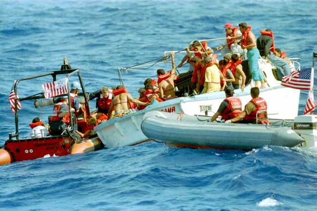 En esta foto de archivo del 27 de agosto de 1994, la tripulación de la Guardia Costera de Estados Unidos, se ve obstaculizada por el mar agitado en el Estrecho de la Florida mientras intentan res ...