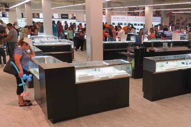 Más de 20,000 personas asistieron al primer día de servicio de la tienda Curacao en Las Vegas, la cual contó con distintas ofertas de apertura, el sábado 1 de octubre en el centro comercial Me ...