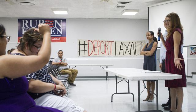 Los asistentes escuchan a abogados de inmigración durante una conferencia de prensa en la sede de la Unión Culinaria 226, el jueves 23 de junio de 2016 en Las Vegas. Erik Verduzco / Las Vegas Re ...