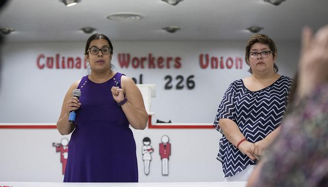 Emily Zamora, izquierda, coordinadora de iAmerica Nevada, Jocelyn Sida, la directora adjunta de Mi Familia Vota NV, hablan durante una conferencia de prensa sobre las Acciones Diferidas en la sede ...