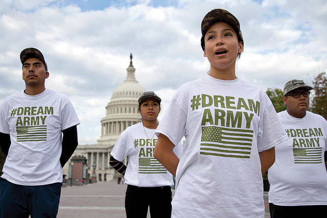 Alina Cortes, nacida en México y vive en Texas, segunda desde la derecha, habla con los reporteros mientras se encuentra con otros DREAMers, el miércoles de oct. de 2013, en el Capitolio en Wash ...