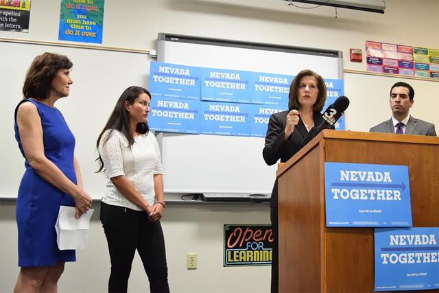 La candidata por el senado, Catherine Cortez Masto (D) y el senador estatal, Rubén Kihuen (D), durante el festejo del 4to. aniversario de DACA. Foto Cortesía