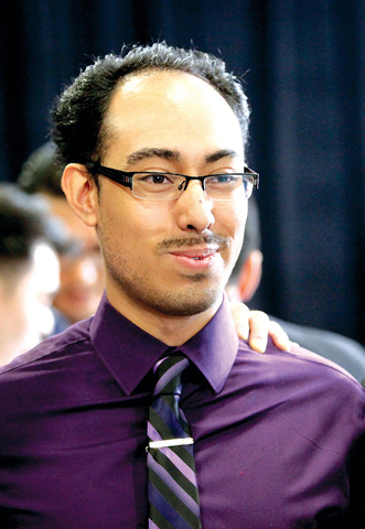 """Alan Alemán, uno de los primeros """"dreamers"""" de Nevada en recibir sus documentos, es visto durante la visita del presidente Obama en Del Sol High School donde habló sobre inmigración. (Jessi ..."""