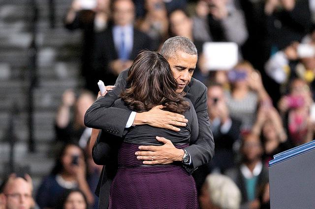 El presidente Barack Obama abraza a la activista Astrid Silva luego de introducirlo durante su visita a Del Sol High School en Las Vegas para discutir los detalles de su acción ejecutiva en inmig ...