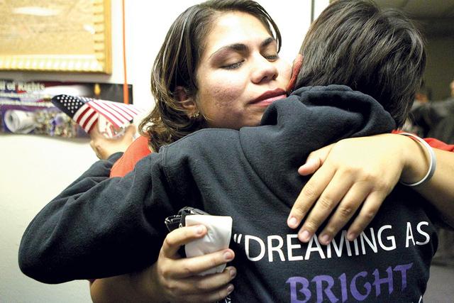 La activista Astrid Silva, izquierda, comparte un abrazo con su madre Barbara, tras el anuncio de la acción ejecutiva del presidente Barack Obama en el Hermanad Mexicana en Las Vegas, el jueves 2 ...