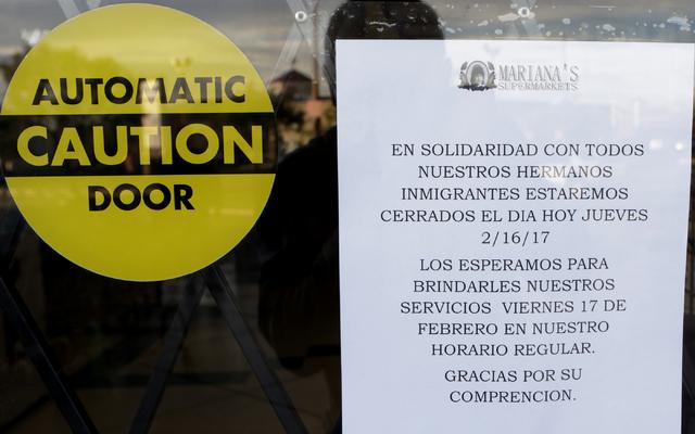 El supermercado Mariana's en el 4151 S. Eastern Ave. en Las Vegas, puso un aviso que cierra sus puertas en solidaridad con sus hermanos inmigrantes, el jueves 16 de febrero del 2017 . (Bizuayehu T ...