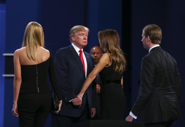 El candidato presidencial republicano Donald Trump saluda a su esposa Melania Trump junto con el resto de su familia luego del tercer debate presidencial en el Thomas & Mack Center de la UNLV  ...