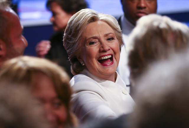 La candidata presidencial demócrata Hillary Clinton saluda a seguidores después de participar en el tercer debate presidencial en el Thomas & Mack Center de la UNLV en Las Vegas, el miércol ...