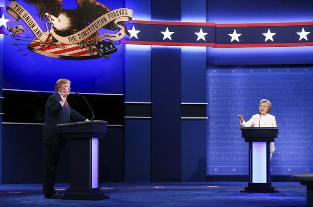Los candidatos a la presidencia de los Estados Unidos, el republicano Donald Trump, izquierda, y la demócrata  Hillary Clinton, hablan durante el tercer y último debate presidencial en el Thomas ...