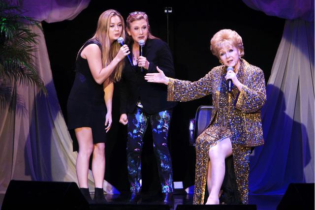 Carrie Fisher (al centro) aparece en esta foto de archivo el 8 de noviembre del 2014 en el hotel South Point de Las Vegas, en el penultimo show de su madre Debbie Reynolds (derecha) y junto a ella ...