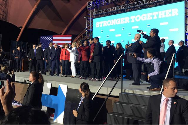 La entonces candidata demócrata a la presidencia, Hillary Clinton (al centro vestida de blanco) apareció en un escenario de North Las Vegas, después de su debate con su oponente Donald Trump, e ...