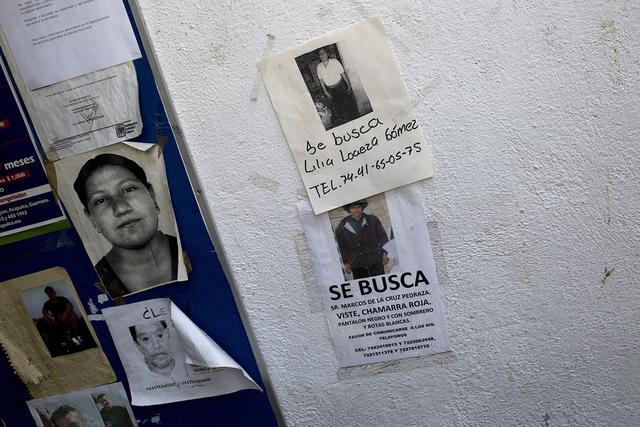 Esta foto del 11 de mayo de 2016 muestra avisos de personas desaparecidas grabadas en una pared en una estación de policía en el centro de Acapulco, México. (AP Photo / Enric Marti)