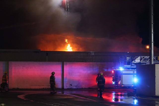 Bomberos del Condado de CLark y de Las Vegas acudieron la madrugada del miércoles 14 de diciembre del 2016 a apagar el incendio en un edificio vacío de NVEnergy en el 3350 E. Desert Inn Road(Biz ...