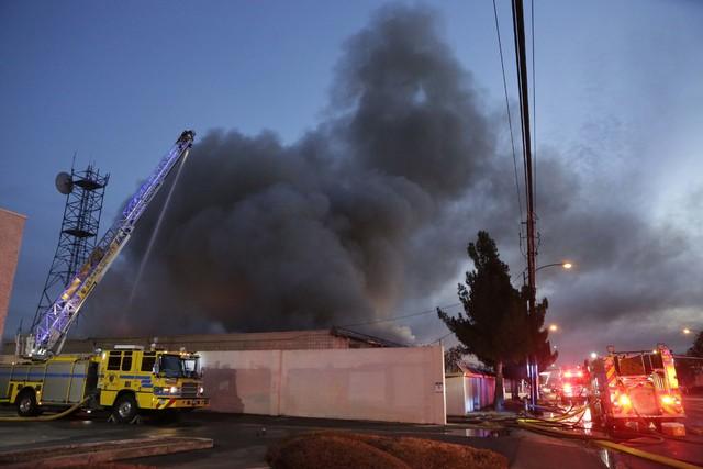 Los cuerpos de Bomberos del Condado de Clark y de la Ciudad de Las Vegas batallaron para apagar el incendio en el edificio vacante de NV Energy en el 3350 E. Desert Inn Rd., la madrugada del miér ...