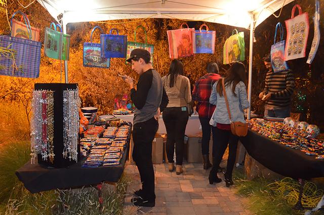 Las artesanías mexicanas fue uno de los atractivos para el público que asistió a la celebración del día de muertos. Foto El Tiempo