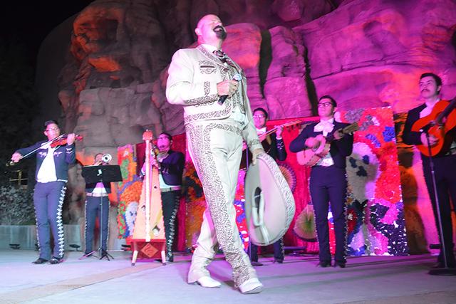 El Mariachi haciendo su fantástica presentación en el escenario principal del Spring Preserve. Foto El Tiempo