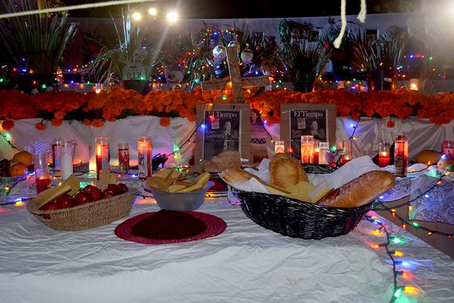 Pan, fruta, veladoras, la tradicional ofrenda a los fieles difuntos. Foto El Tiempo