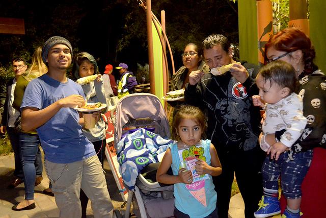 La familia Gutiérrez disfrutando de los antojitos en el Spring Preserve. Foto El Tiempo