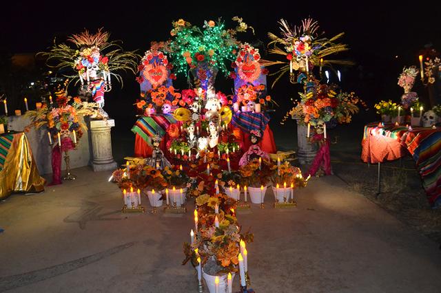 Con la ofrenda El árbol de la vida, hace homenaje a Frida Kahlo y a los fieles difuntos. Foto El Tiempo