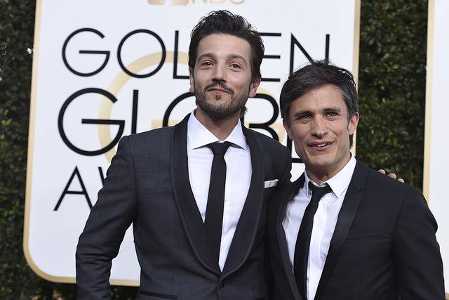Diego Luna, izq., y Gael García Bernal arribando a la 74 entrega anual de los Golden Globe Awards en Beverly Hilton Hotel, el domingo 8 de enero de 2017 en Beverly Hills, Calif. (Foto por Jordan  ...