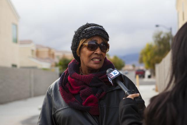 Esther Pearson habla con reporteros después que ella y su mascota fueron víctimas de un ataque por dos perros y que un oficial de policía fuera de servicio intervino al disparar su arma, el mar ...