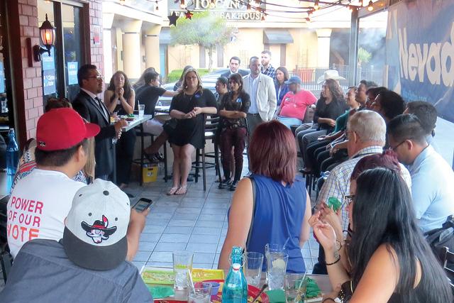 Cerca de 20 personas, entre ellas algunos estudiantes, se reunieron para celebrar el inicio del Mes de la Herencia Hispana, en un evento realizado por la campaña de Hillary Clinton en Nevada. Jue ...
